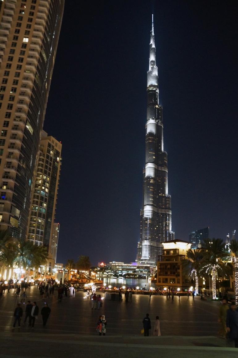 Burj Khalifa at the foot 2
