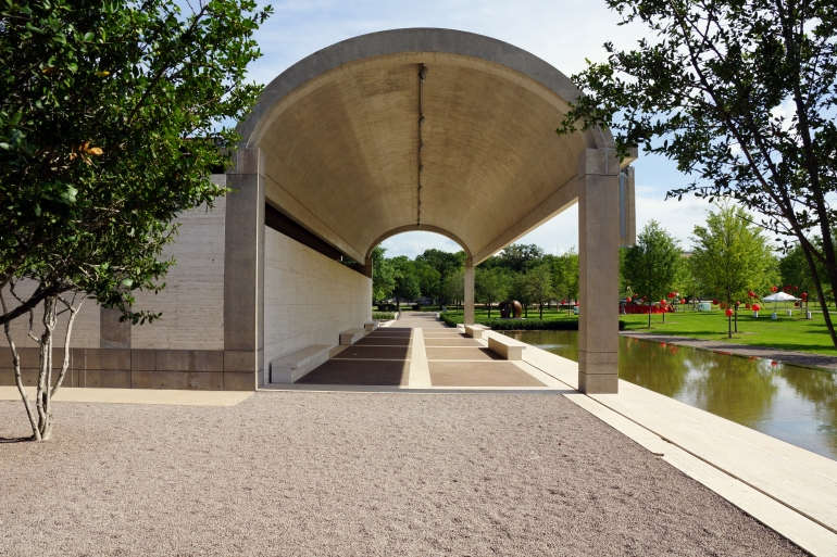 Kimbell Art Museum_Exertior_Arch and Water